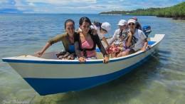 Unser selbstgebautes Boot mit installiertem Außenborder