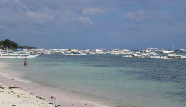 Tour und Tauchboote am Alona Beach, Panglao Island, Bohol, Philippinen