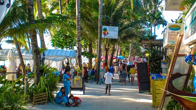 Die Flaniermeile am White Beach auf Boracay