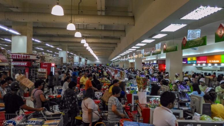 Gedränge an der Supermarkt-Kasse